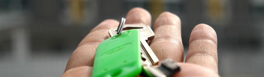 Immagine di una mano con un mazzo di chiavi nel palmo