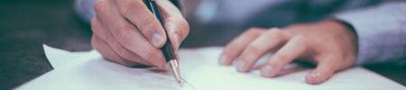 Mani di uomo che firmano un contratto con una penna a inchiostro