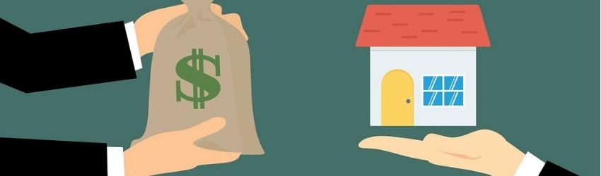 Braccia che tendono sacco di denaro di fronte a braccio che sorregge una casa
