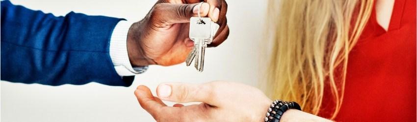 Agente immobiliare dà chiavi in mano a una coppia giovane che ha comprato casa