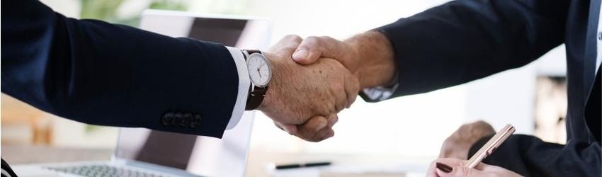 Vendite B2B: stretta di mano tra uomini d'affari in un ufficio
