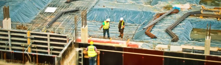 permesso costruzione suolo pubblico: operai che lavorano alla costruzione di un palazzo