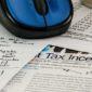 Regime Forfettario 2019: documenti che parlano di tasse su un tavolo con sopra un mouse azzurro e una tazza