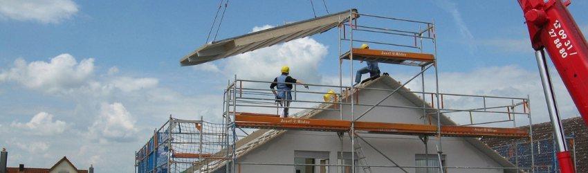 Circolare Applicativa NTC 2018: due operai che lavorano su un ponteggio per fare il tetto di una casa