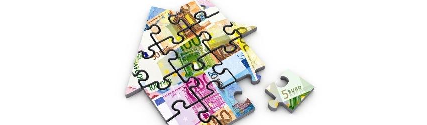 17 ipotesi edilizia: puzzle a forma di casa formato da pezzi che raffigurano banconote