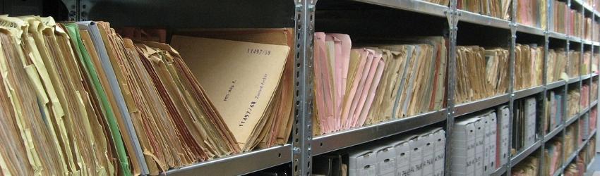 Banche Dati Edilizia: vecchi documenti sistemati in uno schedario