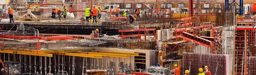 vendere più materiali edili: grande cantiere edile con operai al lavoro