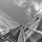 software preventivi serramenti: immagine sui toni del grigio di un grattacielo fatto a vetrate visto dal basso